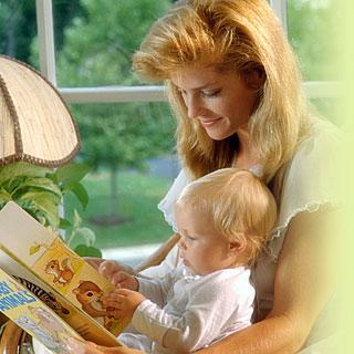 Mamá con bebé leyendo un libro